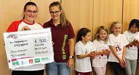 """Sarah Quirbach überreicht den """"Sportjugendpreis ENgagiert"""" an Alicia Schneider"""